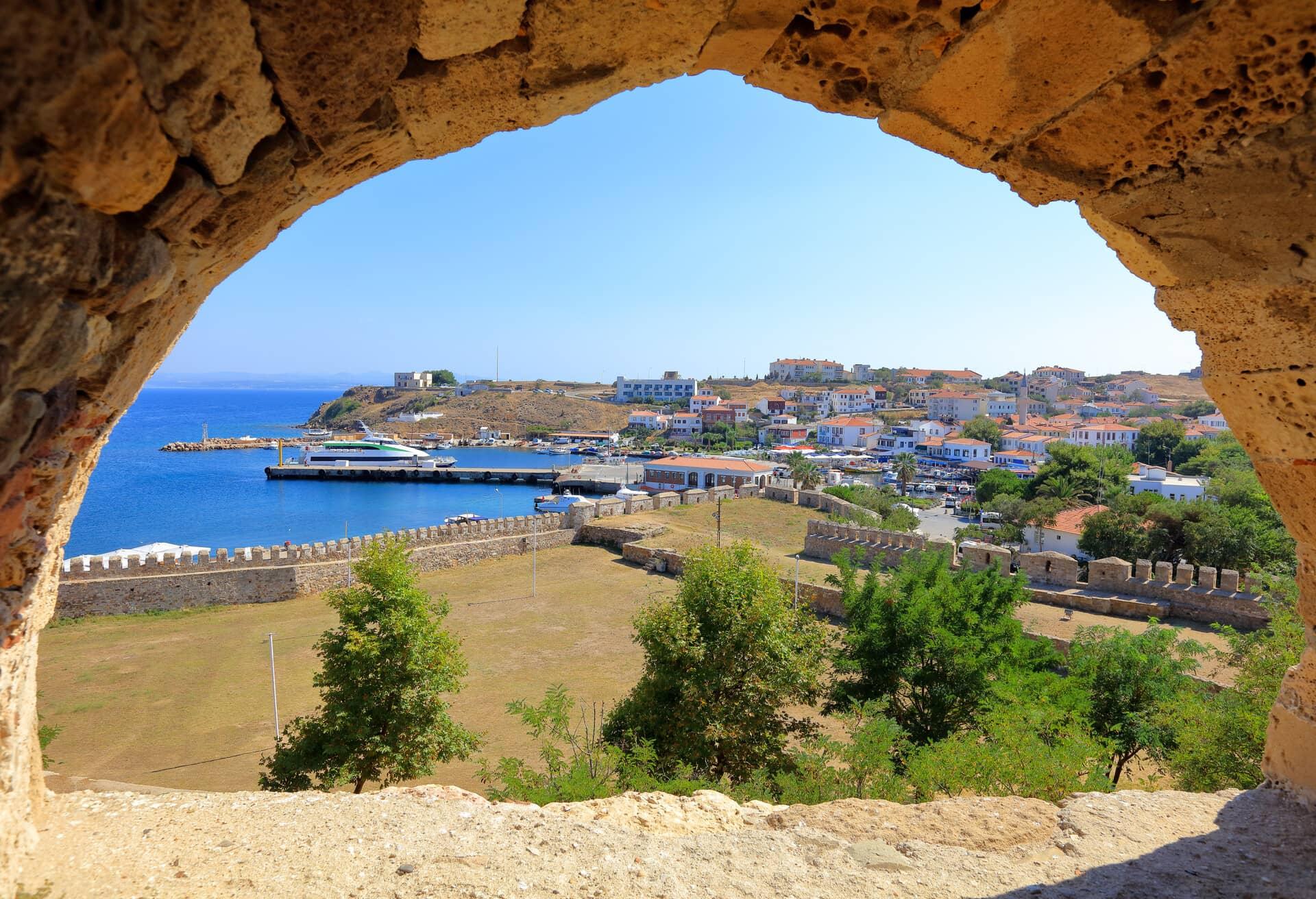 Vista dal castello di Tenedo sull'isola di Bozcaasa, Turchia.