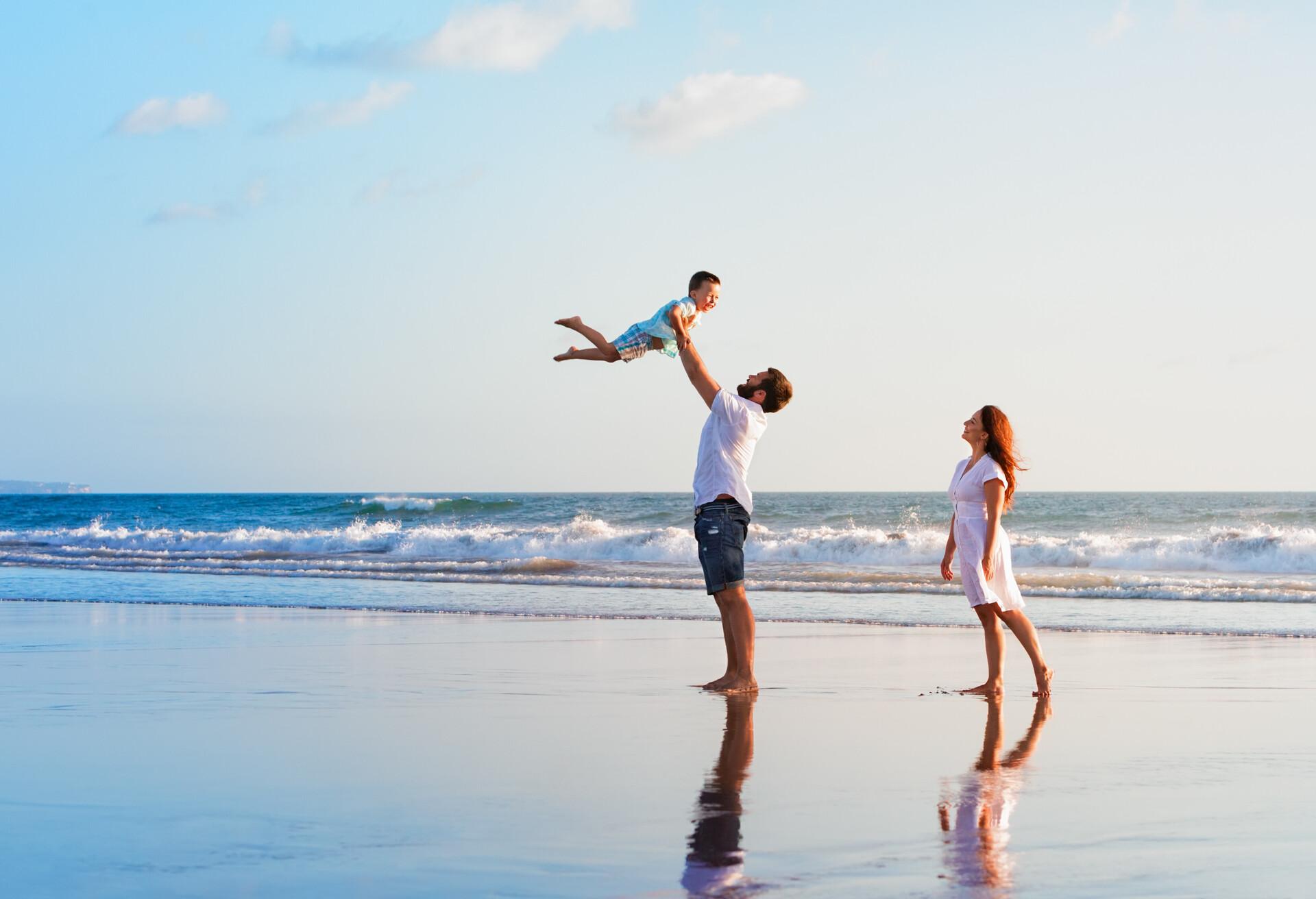 Una giovane famiglia che si gode le proprie vacanze su un'isola.